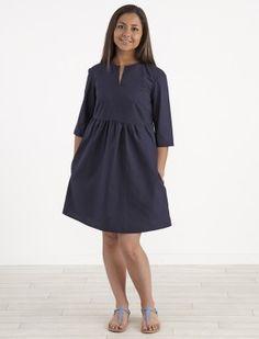 Patron de couture facile, pour réaliser une petite robe urbaine, toute simple & ample, à l'esprit presque écolière, avec un joli volume autour de sa taille haute & froncée. À décliner en version été comme en version hiver... Longueur dos 80 à 95 cm.