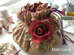 sewing bag w/pincushion Fabric Crafts, Sewing Crafts, Sewing Projects, Diy Crafts, Craft Tutorials, Sewing Tutorials, Sewing Patterns, Tutorial Sewing, Fabric Bags