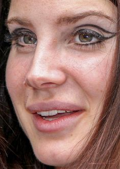 Celebrity photos that are really close-up. Celebrities with bad skin,. Kendall Jenner Makeup, Eye Tricks, Fair Skin Makeup, Fox Eyes, Indie, Classy Aesthetic, Iconic Photos, No Photoshop, Celebrity Makeup