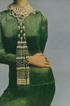 Gloria Vanderbilt as a model wearin a Fortuny Delphos dress in stunning jewels of Rita Delisi. Photo of Richard Avedon for Vogue Italy, Moda Retro, Moda Vintage, Vintage Love, Vintage Green, Vintage Style, 1920s Style, Vintage Hats, Richard Avedon, Elsa Peretti