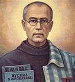 Durante WWII, Maximilian Kolbe, sacerdote católico, fue detenido por los Nazis. Cuando 10 hombres fueron condenados a morir de hambre en Auschwitz, él ofreció tomar el lugar de un hombre con familia. Maximilian sobrevivió por varias semanas hasta que fue ejecutado por inyección letal.