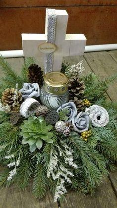 Christmas Porch, Primitive Christmas, Christmas Wreaths, Christmas Decorations, Holiday Decor, Funeral Flower Arrangements, Funeral Flowers, Floral Arrangements, Flores Diy