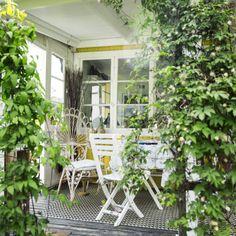 Den är inte stor, bara 31 kvadratmeter. Men i kolonistugan i Västerås finns allt Anna behöver – till och med ett gästrum. – Det här är mitt paradis, säger Anna Lönnroos Lanzarin som har inrett med blå och vita toner.
