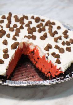 No Bake Red Velvet Pie is an easy no bake dessert recipe that starts out with an Oreo crust filled with instant pudding mix, Cool Whip and chocolate chips. Sugar Cookie Cups, Chewy Sugar Cookies, Cookie Dough Pie, Chocolate Chip Cookie Dough, Fudge Recipes, Best Dessert Recipes, Easy No Bake Desserts, Easy Desserts, Red Velvet Pie Recipe
