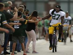 Green Bay Packers running back Eddie Lacy greets fans