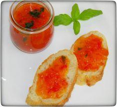 Pikante Tomaten-Marmelade and frisches Baguette. Sehr lecker und eine tolle Geschenkidee aus dem Thermomix.