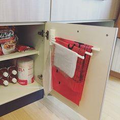 女性で、3LDKのゴミ袋収納/扉裏収納/収納アイデア/収納の見直し/イライラ解決/Kitchen…などについてのインテリア実例を紹介。「収納の見直しシリーズ② ずっとしたかったこと。 いつもゴミ袋を取り出すときにイィー!!となってストレスでした。 タオル掛けハンガーをとびらの裏に取り付けてゴミ袋を引っ掛けて収納すれば… ササっと取り出せるし場所も取らない!! 大、中、小のゴミ袋がスッキリ収納されました!! はースッキリ\\\\٩( 'ω' )و ////」(この写真は 2017-02-21 09:31:30 に共有されました)
