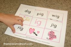 Free set of mats and word cards for short i - great early reading activity! Teaches word families too.