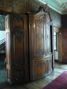 Ornamentsnijder - PATRICK DAMIAENS: HET D'ANSEMBOURG MUSEUM in Luik | 18de Eeuwse interieurs en Stijlkamers | LUIKSE MEUBELSTIJL | LUIKSE MEUBELEN