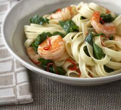 Recipe : Linguine with prawns, spring greens & chilli