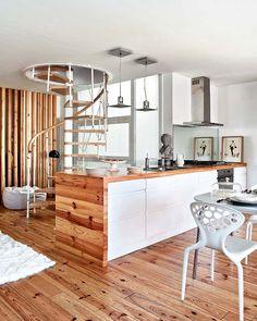 Carol M.: Cocina con detalle en madera y escalera caracol