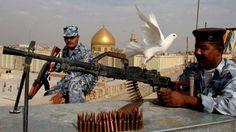 Iraakse soldaten bewaken het mausoleum van imam Ali in de heilige stad Najaf.