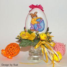 Design by Suzi: Polystyrénové vajíčka so zajačikmi Crossstitch, Easter Eggs, Jar, Christmas Ornaments, Holiday Decor, Spring, Design, Home Decor, Scrappy Quilts