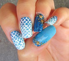 Mermeid tail nails on blue gradient base and double accent with golden starfishes placement - photo © Pedrìnails