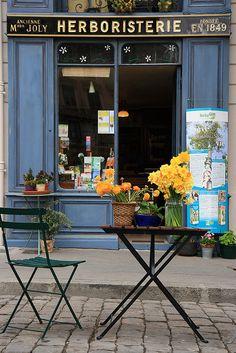 Herboristerie, Place Saint-Jean, Lyon, France | Ancienne Maison Joly, fondée en 1849. Devanture d'époque? Voir l'intérieur