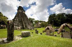 Tikal, Guatemala Tikal é, simplesmente, o maior e um dos mais esplendorosos sítios arqueológicos já escavados em todo o continente americano. Fica na Guatemala, no meio da Floresta de Petén, e recebe milhares de turistas a cada ano. Foi, sem dúvida, uma das grandes metrópoles maias em seu apogeu, o chamado período clássico, compreendido entre 250 e 900 d.C. É reconhecido como Patrimônio da Humanidade desde 1979 e guarda as maiores pirâmides maias, a exemplo do Templo do Jaguar