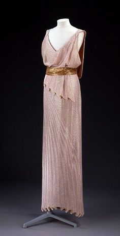 Jean Patou, sequinned evening gown, early in collection of Victoria and Albert Museum. 1930s Fashion, Moda Fashion, Art Deco Fashion, Retro Fashion, Vintage Fashion, Fashion Design, Vintage Vogue, Men's Fashion, Vestidos Vintage