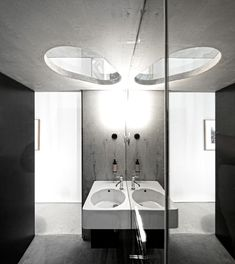 'Pedra Líquida' created the 'Casa do Conto', located in Portugal. The task was to build a new design hotel, restoring a beautiful XIX Century Oporto. Bathroom Interior Design, Interior Decorating, Hotel Portugal, Porto Portugal, Boutique, Plafond Design, Concrete Bathroom, Interior Minimalista, Grey Bathrooms