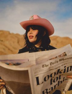 Barbie Ferreira poses in front of the lens of Arale Reartes for her recent cover. The 'Euphoria' actress and model lands two covers for ELLE Mexico's January… Cowboy Chic, Cowboy Hats, Estilo Zendaya, Moda Country, Elle Mexico, Barbie Ferreira, Elle Magazine, Looking Gorgeous, Photoshoot