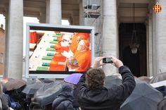Gràcies a les pantalles gegants col·locades a la plaça de Sant Pere, feligresos de tot el món han pogut seguir l'inici del conclave