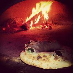 Meravigliosa #pizza in #lievitazione nel #forno a legna by #micheleleo