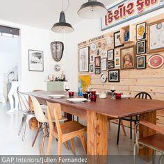 Eine schlichte Holzverkleidung mit bunt zusammengewürfelter Bilderrahmen-Deko belebt das Esszimmer und gibt ihm ein gemütliches Flair. Unterschiedliche…