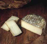 Extremadura Queso Ibores--Debido a su sabor mantecoso y a su aroma de hierba silvestre, es un buen maridaje con un rioja joven y una carne roja.