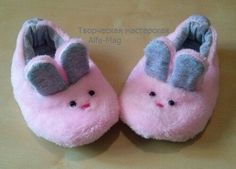 How to sew cute baby slippers 0 Sewing For Kids, Baby Sewing, Baby Hamper, Baby Slippers, Anime Dolls, Baby Sandals, Baby Boots, Doll Shoes, Felt Dolls