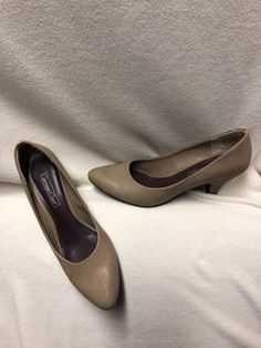 7cc3bb85269 WOMEN S CARRIAGE COURT Tan Leather PUMPS SIZE 8 M 1.5 inch heel  fashion   clothing