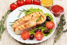 Suroviny na Losos na olivách:400 g lososa, 150 g vykôstkovaných olív(zelené aj čierne spolu), 50 g paradajok, 1 malá cibuľa, 4 lyžice olivového