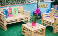 Creative Furniture Ideas to Give Old Wooden Pallets Pallet Desk, Pallet Lounge, Wooden Pallet Furniture, Recycled Furniture, Wooden Pallets, Recycled Wood, Pallet Wood, Outdoor Pallet, Outdoor Furniture Plans