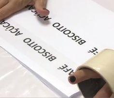 Adesivo caseiro: cole a fita adesiva com cuidado em cima das palavras (Foto: Divulgação)