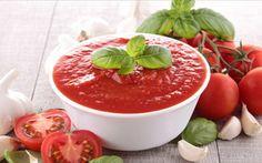Μια καλή σάλτσα ντομάτας είναι ένα από τα πρώτα πράγματα που μαθαίνει κάποιος όταν ξεκινά να μαγειρεύει. Κι αυτό γιατί εκτός από τα μακαρόνια που συνοδεύει έξοχα, είναι πάντα χρήσιμη, διατηρείται για αρκετές μέρες στο