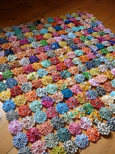 WIP- Yoyo quilt progress 256 yoyos sewn together… Probably a thousand more to go! At the moment they are in rectangles of yoyos, Ill sew them into bigger squares later on. I am loving it so far, but it will be a long term work in progress… is creative … Yo Yo Quilt, Rag Quilt, Quilt Blocks, Quilts, Fabric Art, Fabric Crafts, Sewing Crafts, Quilting Projects, Quilting Designs