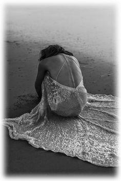 """Si dice che per farci amare da qualcuno dobbiamo farci desiderare, trattarlo male e non mostrare interesse. Io credo che non c'è un modo per """"farsi"""" amare, ma c'è semplicemente chi ci ama e chi non ci ama. Chi ci merita e chi no. Io credo che l'amore sia una semplice parola che racchiude in sé un concetto fatto di cose semplici come il rispetto, il sentimento e la fiducia. Non c'è un modo per far """"Innamorare"""" qualcuno. Non ci sono persone giuste o sbagliate, ma ci sono anime che anche se…"""