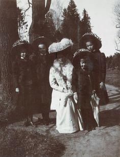 Pavlovsk Park, Alexandra Fyodorovna with daughters. Date 1907