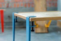 「Floyd Leg」でテーブルを作るには、ホームセンターなどで板を購入し、四隅にクランプで「Floyd Leg」を取り付けるだけ。好みのテーブルを簡単に作れます。