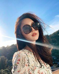 Beach Photography Poses, Portrait Photography Poses, Ulzzang Korean Girl, Cute Korean Girl, Beautiful Chinese Girl, Beautiful Girl Image, Short Hair Glasses, Solo Photo, Instagram Pose