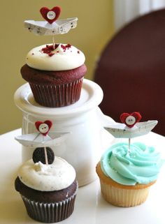 Tiny paper boats make cute #cupcake_toppers!