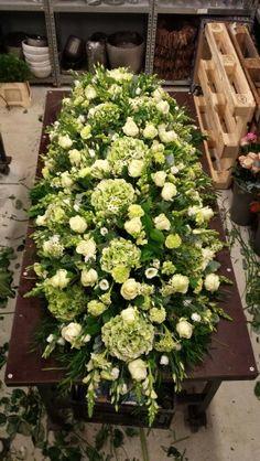 Kistbedekking. Rouwwerk. Funeral Bouquet, Funeral Flowers, Wedding Flowers, Funeral Floral Arrangements, Flower Arrangements, Casket Flowers, Funeral Caskets, Funeral Sprays, Grave Decorations
