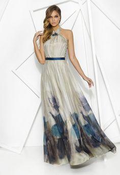 PRIVÉE 7863 Vestido de fiesta largo estampado con escote halter realizado en chiffón con detalles en tul. Aplique de pedrería en el cuello