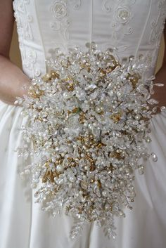 without Flowers for Non-Traditional Brides Carry a sparkly vintage brooch bouquet on your big day!Carry a sparkly vintage brooch bouquet on your big day! Broch Bouquet, Bling Bouquet, Pearl Bouquet, Crystal Bouquet, Wedding Brooch Bouquets, White Wedding Bouquets, Bride Bouquets, Purple Bouquets, Cascade Bouquet