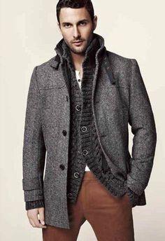 헤링본 코트에 이너로 선택한 니트소재의 가디건이 각잡힌듯한 코트에 무거움을 줄여준 코디법으로 코트의 종류가 많지 않은 분들에겐 이너의 변경만으로도 편안한 느낌을 줄 수 있는 코디법으로 추운겨울 목을 감싸주는 머플러를 함께 해주시면 좋을듯합니다. 헤링본 겨울 코트+두께감 있는 니트 가디건 (이너의 소매가 자켓의 소매보다 조금 길게 입으면 레이어드한 느낌의 코디가 가능합니다.)+브라운컬러의 바지 (블랙데님으로도 멋진 코디가 가능합니다.)