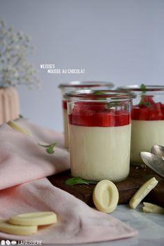Schnell, lecker und saisonal: Luftige weiße Mousse au chocolat mit Rhabarberkompott.