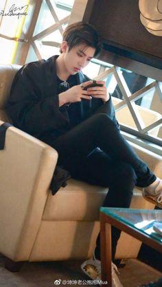 He looks so sassy Xukun@ Korean Boys Hot, Korean Boys Ulzzang, Ulzzang Boy, Asian Boys, Pink Images, Korea Boy, Cute Actors, Chinese Boy, Best Face Products