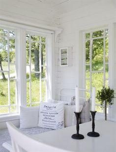 MYSHÖRNA<br>Den gamla järnsängen fungerar som dagbädd. Här kan man koppla av med en bra bok eller avkopplande musik. Gammal järnsäng från Saras mamma, Sara sov i den som barn. Litet väggskåp Kayene, hylla över fönster är hemgjord, Saras idé och Björn har byggt. Överkast Nordal, kuddar från Ikea, H&M, Grand design, Nordal och Madam Stoltz. Sjöstjärna i trä från Panduro, Ljusslinga med blommor, butik Uthuset och kanna Östregårds antik.