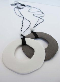 grote schijf met een wholde porselein keramische zwarte schijf ketting gemaakt in Griekenland - porselein hanger met zwarte keramische