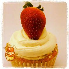 Cupcake de fresas con frosting de crema de vainilla.
