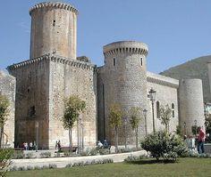 Zamek w Fondi (między Rzymem a Neapolem), w którym zamieszkały dwie wdowy, matka i córka: Julia i Izabela Gonzaga po śmierci swoich mężów;