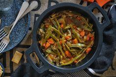 Es posible que no haya receta más sencilla que estas verduras estofadas sin grasas, ni tampoco más ligera. Nos hemos basado en la receta de Su, que permite múltiples variaciones. Una de ellas ha sido … Real Food Recipes, Cooking Recipes, Healthy Recipes, Queso Feta, Lunches And Dinners, Side Dishes, Veggies, Healthy Eating, Ethnic Recipes